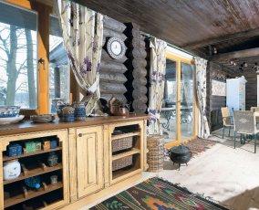 Шторы для деревянного загородного дома: примеры красивого оформления