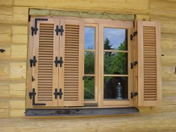 Ставни на окна — какие выбрать: деревянные, металлические или